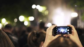 Handheld kobieta filmuje festiwal w Toledo, Hiszpania zbiory wideo