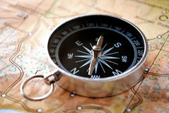 Handheld kompass på en översikt royaltyfri fotografi