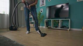 Handheld niecka strzał czyści wygodnego mieszkanie z próżniowy czystym mężczyzna zbiory wideo