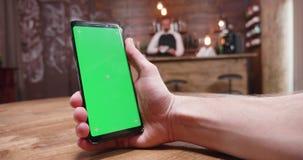 Handheld отснятый видеоматериал мужских рук держа телефон видеоматериал