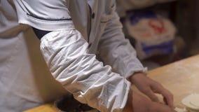 Handheld strzał chińczyk gotuje kulinarne sławne Chińskie kluchy z różnorodnymi plombowaniami Podróż Porcelanowy pojęcie chińczyk zdjęcie wideo