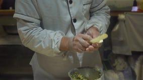 Handheld strzał chińczyk gotuje kulinarne sławne Chińskie kluchy z różnorodnymi plombowaniami Podróż Porcelanowy pojęcie chińczyk zbiory