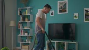 Handheld strzał czyści wygodnego mieszkanie z próżniowy czystym młody człowiek zbiory