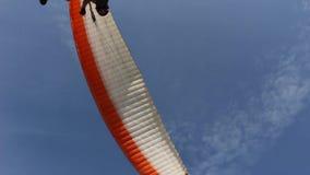 Handheld strzał lata nad falezami Paraglider zdjęcie wideo