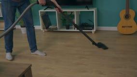 Handheld strzał mężczyzny czyści mieszkanie z próżniowy czystym zbiory wideo