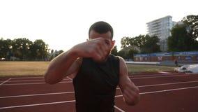 Handhelded se cierra encima de la cantidad de un entrenamiento masculino enojado del boxeador en el estadio del aire libre Retrat almacen de video