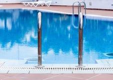 Handhol de piscine photographie stock libre de droits