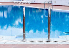 Handhol des Swimmingpools Lizenzfreie Stockfotografie