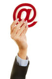 Handholding bij teken als e-mailsymbool Stock Afbeelding