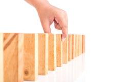 Handholding blockiert das hölzerne Spiel (jenga) lokalisiert auf weißem backgrou Stockbilder