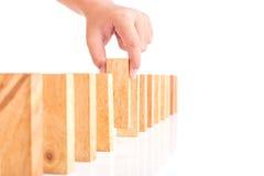 Handholding blockiert das hölzerne Spiel (jenga) lokalisiert auf weißem backgrou Lizenzfreie Stockfotos