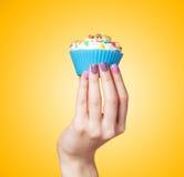 Handholding cupcake stock afbeeldingen