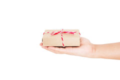 Handholding, die de doos van de pakketgift geven, op witte achtergronden wordt geïsoleerd Stock Foto's