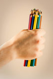 Handholding farbige Bleistifte lizenzfreies stockbild