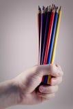 Handholding farbige Bleistifte stockfoto