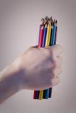 Handholding farbiger Bleistift stockbilder