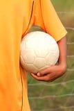 Handholding-Fußball-Kugel Lizenzfreie Stockfotos