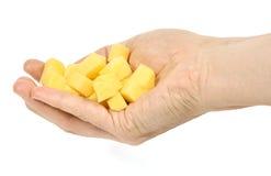 Handholding gewürfelte Kartoffel Stockfotografie
