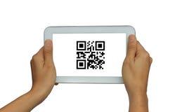 Handholding lokalisierte weiße Tablette mit QR-Codescan Stockbild