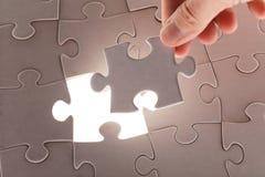 Handholding-Puzzlespielstück Stockfotos