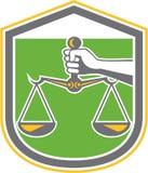 Handholding-Skalen von Gerechtigkeit Shield Retro Stockfotografie