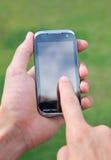 Handholding und Anwendung des intelligenten Handys Lizenzfreies Stockfoto