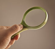 Handholdingförstoringsglas Royaltyfri Foto