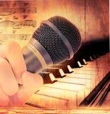 Handholdingmikrofon und -klavier Stockfotos
