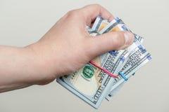 Handholdingsätze von hundert Dollarbanknoten Lizenzfreies Stockbild