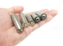 Handholdingsatz unbeschriftete AA-Batterien Lizenzfreies Stockbild