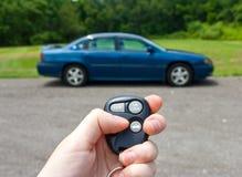 Handholdingtasten zu einem Auto Stockfotos