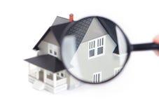 Handholdingvergrößerungsglas vor Haus Stockfoto