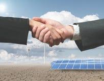 Handhsake de la energía renovable Imagenes de archivo