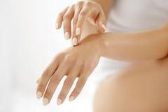 Handhudomsorg Closeup av härliga kvinnahänder med manikyr fotografering för bildbyråer