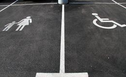 "` Handicap†和""Mother与child†象 停车处标志 与障碍标志的有儿童标志的停车场和母亲 空 免版税图库摄影"