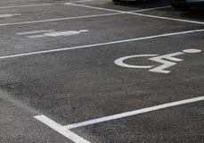 "` Handicap† και ""Mother με τα εικονίδια child† Σημάδια στάθμευσης Χώρος στάθμευσης με το σημάδι αναπηρίας και μητέρα με τ Στοκ Φωτογραφία"