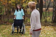 Handicapé avec l'infirmière sur un air frais Images libres de droits