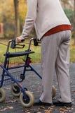 Handicapé avec le marcheur sur l'extérieur Photographie stock