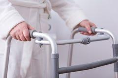 Handicapé avec le zimmer de marche Photographie stock libre de droits