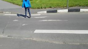Handicapé croisant un passage pour piétons Le corps balance, il vacille L'homme marche sur la pointe des pieds Il a l'infirmit? m clips vidéos