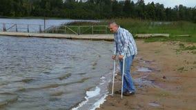 Handicapé dans le jour venteux au lac clips vidéos