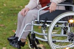 Handicapé sur le fauteuil roulant dehors Photographie stock