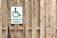Handicap знак автостоянки на деревянной загородке предкрылка Стоковое фото RF
