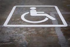 Handicap стояночные площадки зарезервированные для люди с ограниченными возможностями, белого whe Стоковые Изображения