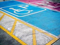 Handicap e parcheggio di signora immagine stock libera da diritti