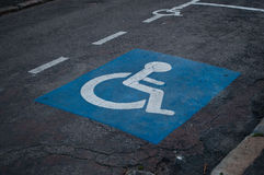 Handicaped parkeringssymbol Arkivfoton
