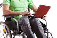 Handicappato con il computer portatile Fotografia Stock