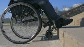 Handicappato fa la sedia a rotelle del manzo di tentativi falliti, uomo disabile in sedia a rotelle non può superare l'ostacolo,  video d archivio