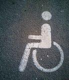 Handicappi il simbolo su asfalto in un parcheggio 2 immagini stock libere da diritti