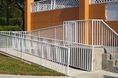 Handicappi la rampa con l'inferriata bianca e la parete arancio fotografia stock libera da diritti